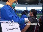 seorang-asn-di-diskominfotik-riau-mengikuti-vaksinasi-massal-di-gelanggang-remaja-kota-pekanbaru.jpg