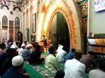 suasana-kegiatan-pelaksanaan-tarawih-malam-pertama-di-masjid-agung-ar-rahman.jpg