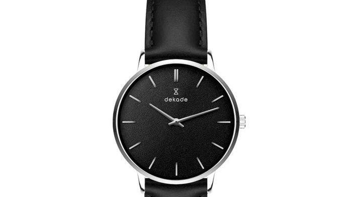 Jam tangan brand lokal warna hitam Dekade Time.