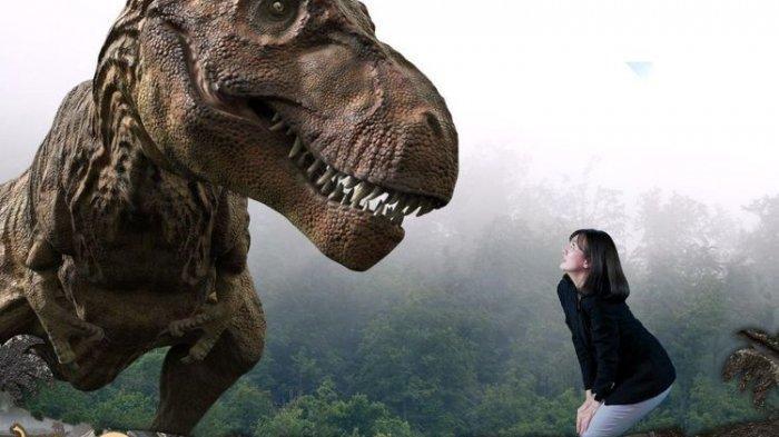 Pengunjung tengah memberi makan T-Rex dalam wahana Bigdino Feeding Dinosaurs.