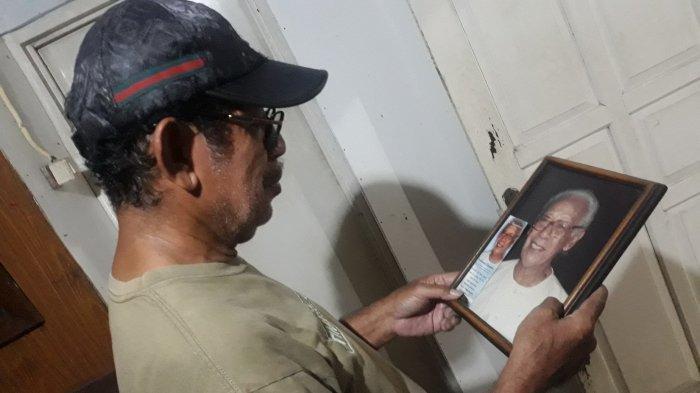 Penerus Wisma Delima, Boy Lawalata memegang foto mendiang ayahnya, Nathanael Lawalata pemilik Wisma Delima yang dulu tersohor di Jalan Jaksa sejak tahun 1969 pada Selasa (26/1/2021).