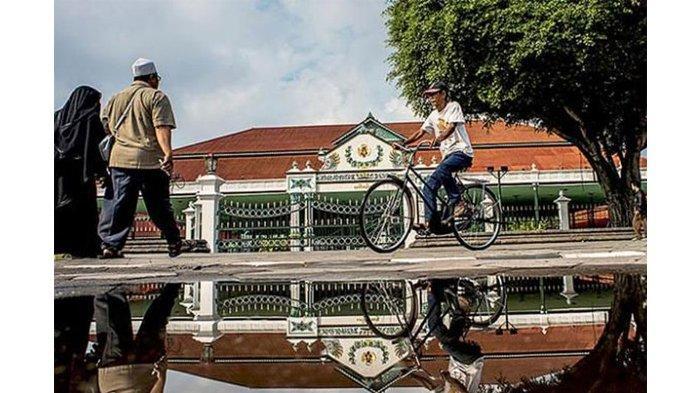 Foto Wisatawan mengunjungi Keraton Yogyakarta, di Yogyakarta, Jumat (5/8/2016).(KOMPAS/FERGANATA INDRA RIATMOKO)
