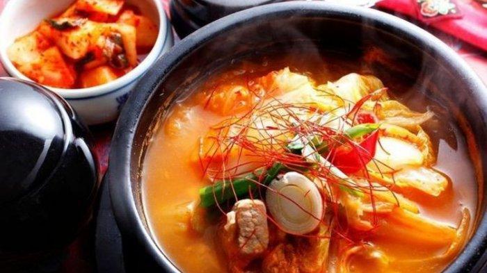 Kimchi adalah makanan nasional Korea Selatan dan bagian integral dari sebagian besar makanan di negara itu.