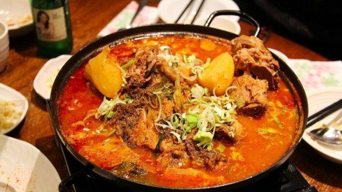 lustrasi makanan Korea berkuah pedas.