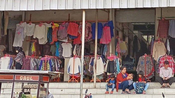 Pasar Cimol Gedebage adalah pasar yang menjual barang-barang bekas dengan harga murah.