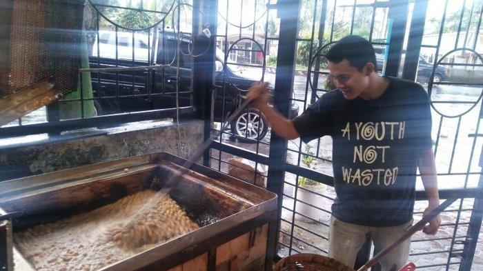 Proses pembuatan Roti Ketawa Sambo.