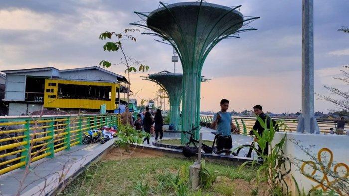 Dari Kafe Terapung Hingga Kano, Inilah Alasan Waterfront Sungai Kapuas Patut Dikunjungi!