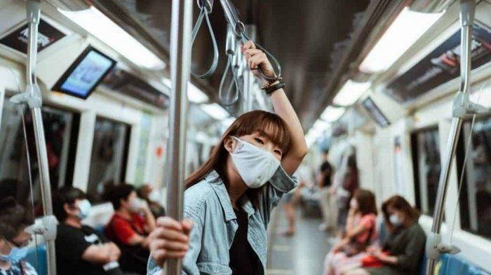 Penerapan protokol kesehatan di transportasi umum.