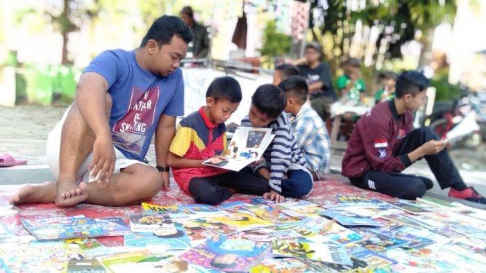 Sebagian koleksi buku yang dipajang Triyono merupakan buku untuk anak-anak, walaupun ada juga untuk orang tua.