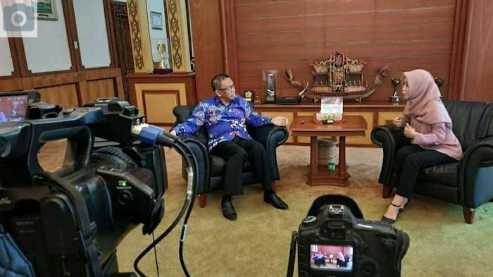 Dea Citra Rahmatika sebagai Presenter dan news produser di Kompas TV Pontianak saat berbincang dengan Gubernur Kalbar, Sutarmidji