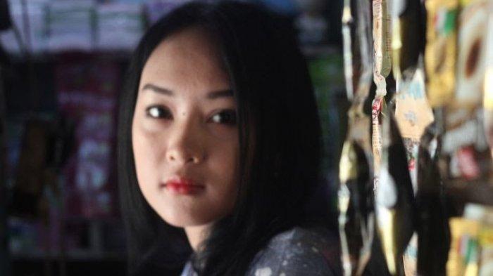 Sosok Intan Rose (23), gadis penjaga warung asal Cianjur, Jawa Barat, yang wajahnya dianggap mirip selebgram Anya Geraldine, dan kini viral di jagat maya.(KOMPAS.COM/FIRMAN TAUFIQURRAHMAN)