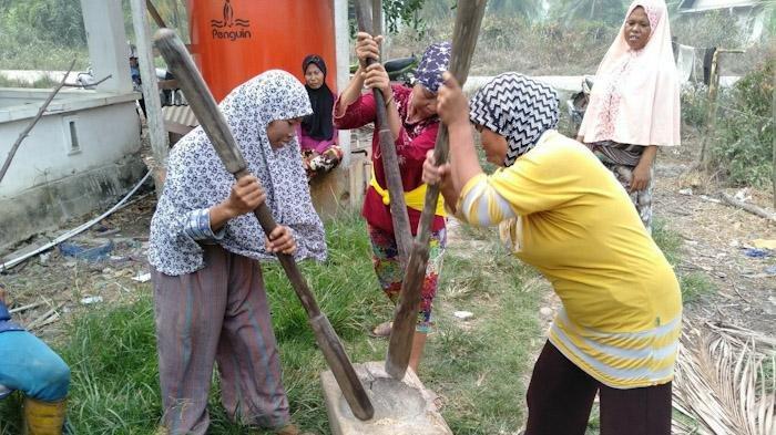Kelompok KPM PKH Mawar Desa Jelu Air, Kecamatan Jawai Selatan saat menumbuk emping.