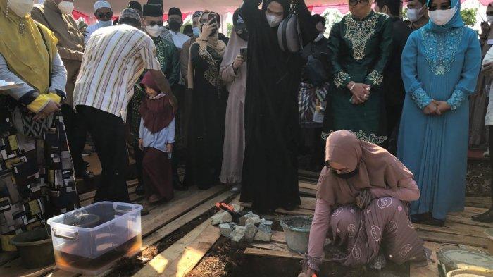 Mirani Mauliza memulai mimpinya untuk membangunan kawasan peradaban wanita yang dimulai dari pembangunan sebuah Masjid yang diberi nama Masjid Al Hijrah. Peletakan batu pertama Masjid Al Hijrah dilakukan oleh Wakil Gubernur Kalimantan Barat, H Ria Norsan sekaligus sebagai Ketua DMI Kalbar bersama sang istri.