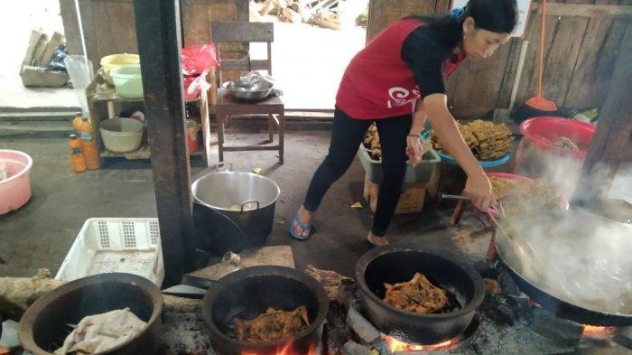 Proses pengolahan ayam panggang di Warung Mbok Denok pada Sabtu (20/3/2021)
