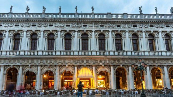 Cafe Florian di Italia Ini Masih Tetap Ramai Meski Banjir