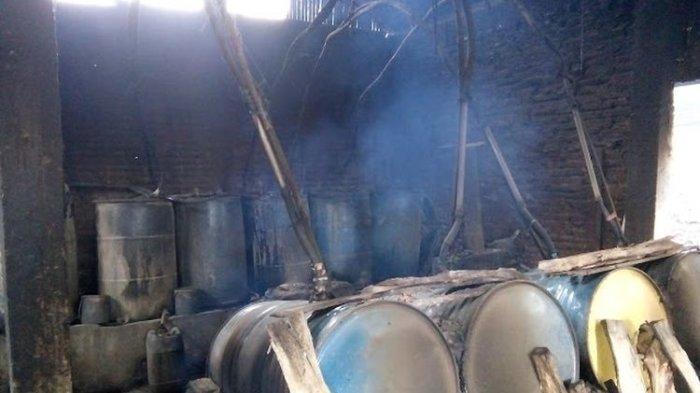 Tong-tong yang digunakan untuk proses pembuatan alkohol di Desa Ciu Bekonang (Kompas.com/Nur Rohmi Aida)