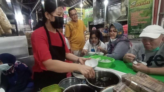 Kulineran di Kota Solo, Dimas Beck Jajal Es Dawet Bu Dermi Langganan Presiden Jokowi