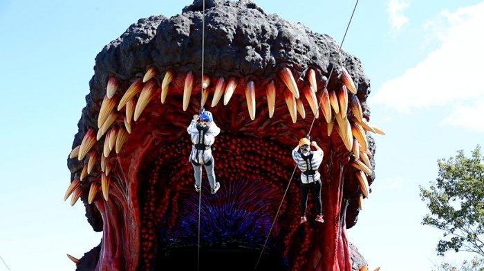 Pengunjung saat flying fox ke mulut Godzilla