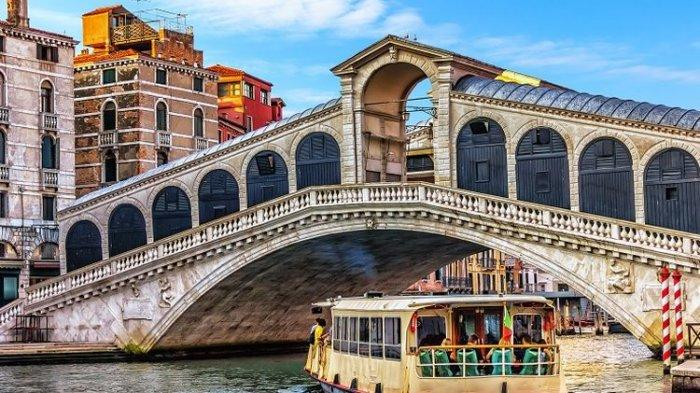 Tak Pakai Masker, Turis di Venesia Ini Diusir dari Bus Air