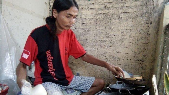 Mustakim satu di antara produsen kulit lumpia di Kampung Kranggan Dalam, Kauman, Semarang Tengah.