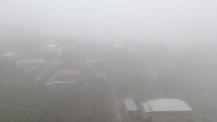 Libur Panjang, Kawasan Tawangmangu Ditutup kabut Tebal, Jarak Pandang Berkendara Cuma 5 Meter