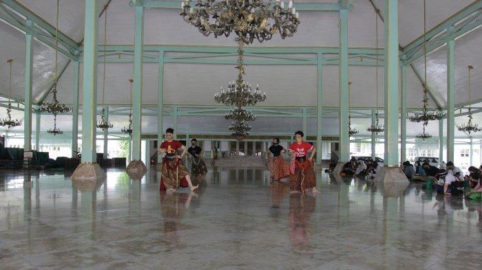 Kegiatan latihan tari dan karawitan di Pura Mangkunegaran, Solo