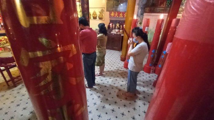 Ritual Malam Imlek di Solo, Ini yang Dilakukan Pengurus Klenteng Tien Kok Sie