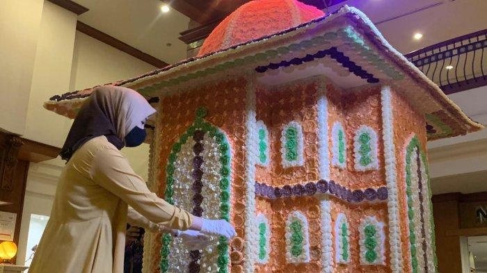 Unik, Hotel The Sunan Hotel Sulap Makanan Tradisional Rengginang Jadi Miniatur Masjid