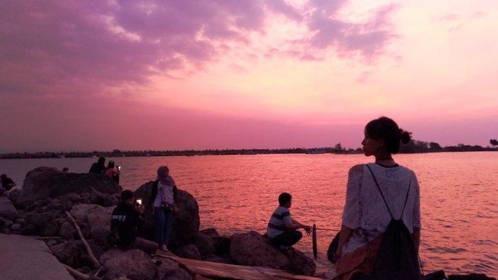 Menikmati Pesona Pantai Marina Kala Senja di Semarang