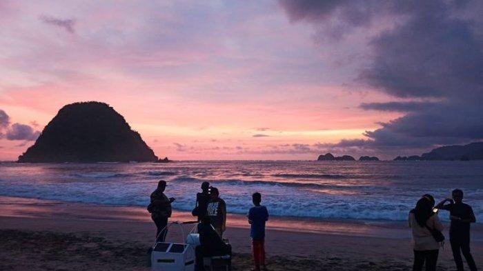 Menikmati Indahnya Matahari Terbenam di Pulau Merah Banyuwangi