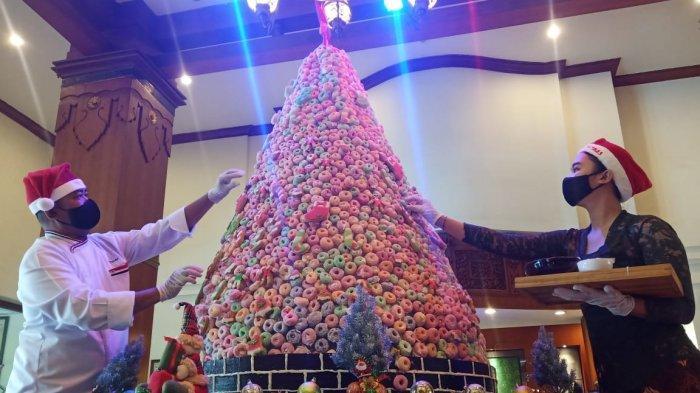 Jelang Natal, The Sunan Hotel Solo Pamerkan Pohon Natal dari Kue Tradisional Widaran Setinggi 180 cm
