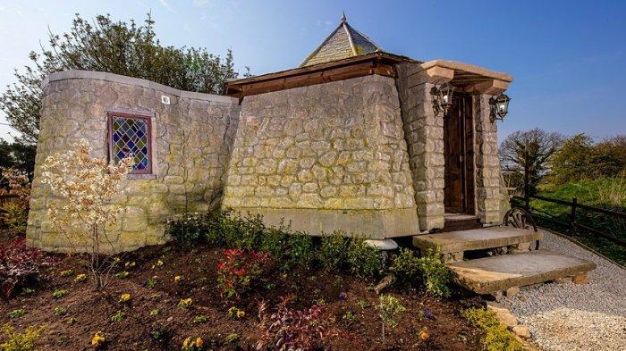 The Groundkeeper's Cottage yang terlihat seperti di pondok Hagrid © Charlotte Graham
