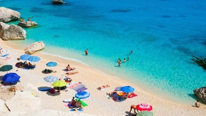 Seorang Turis Didenda Hingga 12 Juta Rupiah Karena Ketahuan Mengambil Pasir Pantai