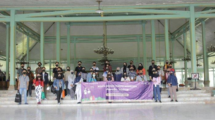 Wisata Edukasi Tematik Nusantara berfoto di Pura Mangkunegaran