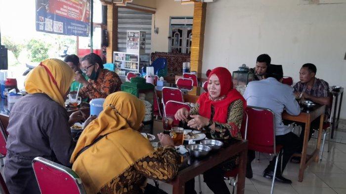 Pembeli saat menikmati makanan di Rumah Makan Padang Putra Bungsu, Sragen