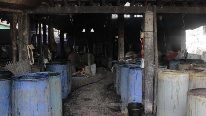 Salah satu rumah industri pembuatan alkohol di Desa Bekonang, Kecamatan Mojolaban, Kabupaten Sukoharjo, Jawa Tengah, Kamis (21/7/2016). Sentra industri pembuatan alkohol adalah salah satu tempat yang dikunjungi dalam paket Accor Solo Heritage Cycling.(KOMPAS.com / WAHYU ADITYO PRODJO)