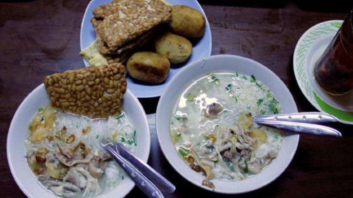 Soto ayam di gerai Soto Gading 1, salah satu tujuan wisata kuliner populer di Solo, Jawa Tengah