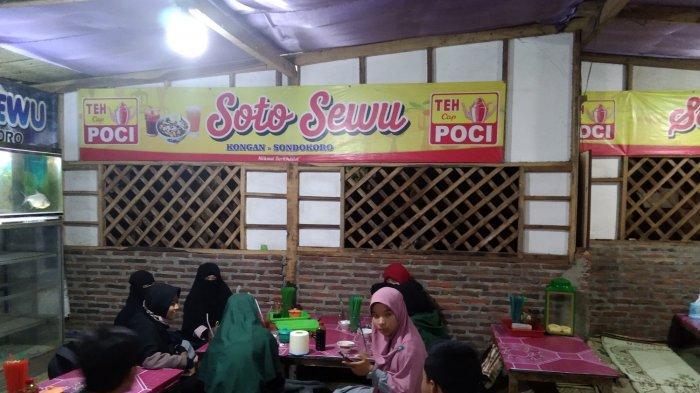 Para pelanggan yang membeli soto sewu di Karanganyar.
