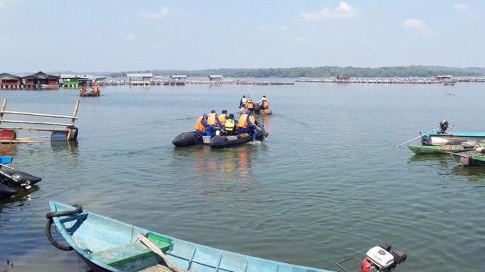 Tim relawan melakukan pencarian korban perahu terbalik yang belum ditemukan di Waduk Kedung Ombo Dukuh Bulu, Desa Wonoharjo, Kecamatan Kemusu, Kabupaten Boyolali, Jawa Tengah, Minggu (16/5/2021)