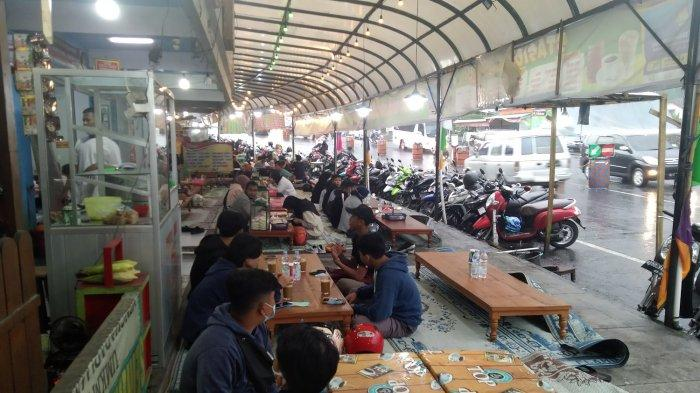 Wisatawan yang berteduh di warung pinggir jalan Tawangmangu, Kamis (11/3/2021)