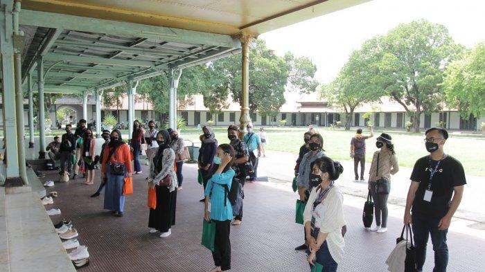 Wisatawan dari kegiatan Edukasi Tematik Nusantara saat menjaga jarak di Pura Mangkunegaran