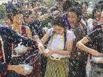 festival-songkran-di-bangkok-thailand-yoss.jpg