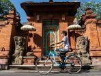ilustrasi-wisatawan-bersepeda-sambil-memakai-masker-di-bali.jpg