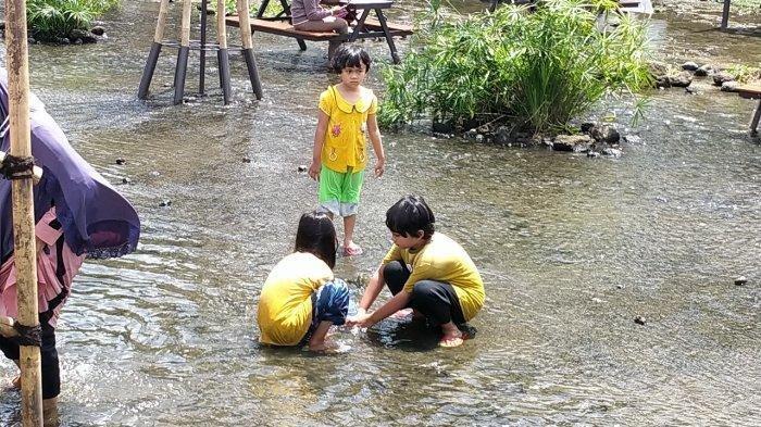 Anak-anak saat bermain di Ketjeh Resto Klaten (TRIBUNSOLOTRAVEL.COM/MARDON WIDIANTO)