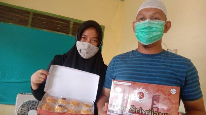 Bobby dan istri menunjukkan Pia Sriwijaya hasil ide kreatif mereka