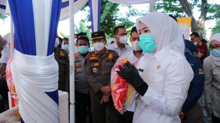Wakil Walikota Palembang Fitrianti Agustinda saat meninjau Bazar Murah di Kecamatan Sukarami, Rabu (14/4/2021).