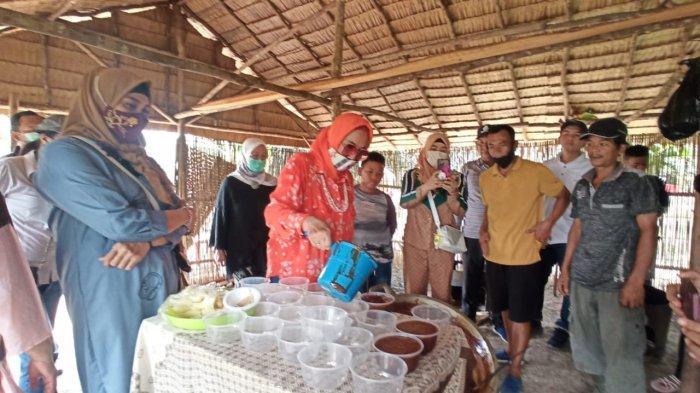 Pembuatan gula aren Wak Uban dinDesa Ulak Segelung Kecamatan Indralaya Kabupaten Ogan Ilir, Selasa (13/10/2020).