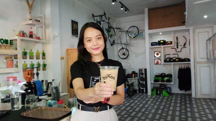 Owner bynon Inon menunjukan kopi yang ada di bynon caffee di Jalan Anggar blok E no.11, Minggu (27/9/2020).