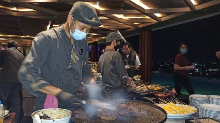 Live cooking di The Alts Hotel Palembang.