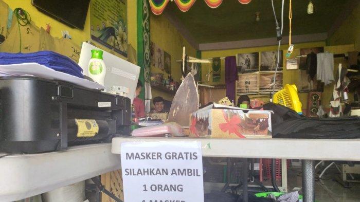 Konveksi di Palembang Bagi-Bagi Masker Gratis Untuk Warga, Dokter dan Perawat